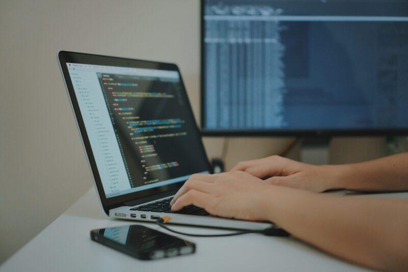 【2020年最新版】IT業界の平均年収は?エンジニアは年収1000万も夢じゃない!?