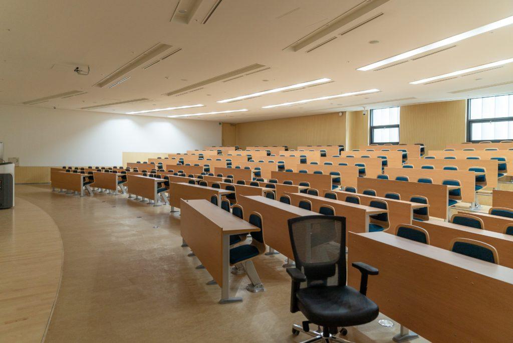 大学でのプログラミング学習と独学はどっちが効果的?
